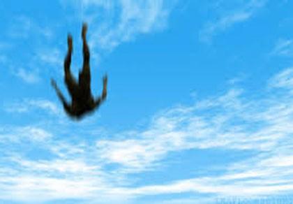 Cứu sống bé gái rơi từ độ cao 4 mét xuống đất