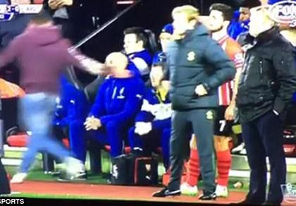 Fan Arsenal trả giá đắt vì cố đánh… Wenger