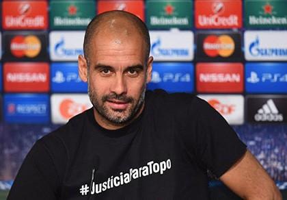 Guardiola gặp vạ với dòng chữ trên áo phông