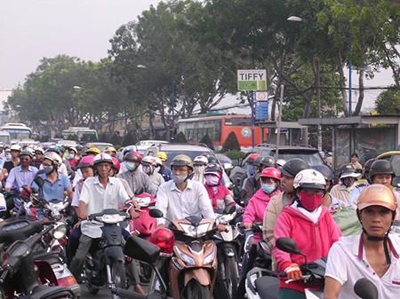 Giao thông Sài Gòn tắc nghẽn vào giờ tan sở sau dịp nghỉ lễ
