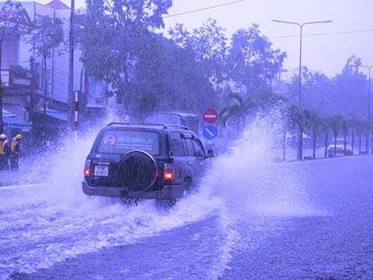 Mưa lớn, nhiều tuyến phố ở Cần Thơ ngập nặng
