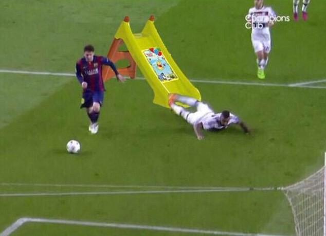Ảnh chế hài hước pha qua người của Messi khiến Boateng trượt ngã