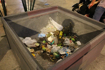Vứt rác bừa bãi tại phố đi bộ Nguyễn Huệ