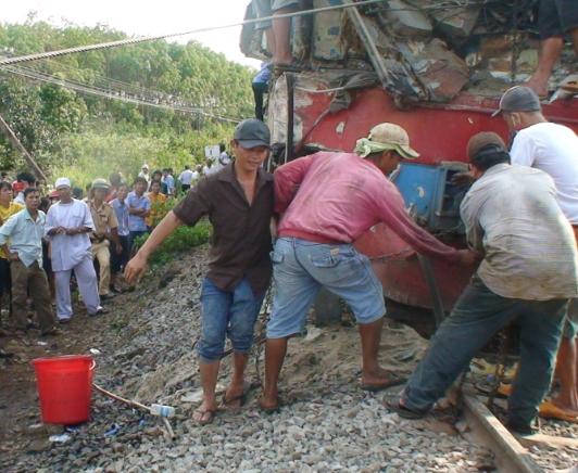 Xe tải lại băng ngang, tàu lửa gặp nạn, lái tàu kẹt trong buồng lái