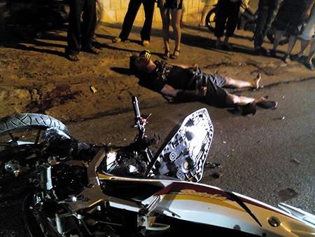 Hai xe máy đối đầu trực diện, 2 người chết, 1 bị thương