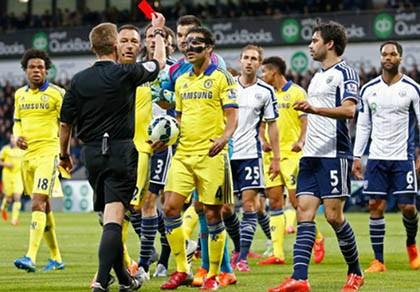 Sút bóng vào đầu đối phương, Fabregas bị chê ngu ngốc