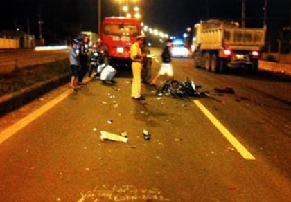 Chạy ngược chiều trong làn xe ô tô, hai thiếu nữ bị tông chết