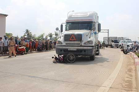 Ô tô lao vào xe đầu kéo, một người nước ngoài tử vong