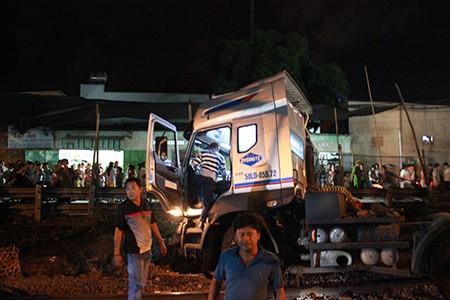 Tàu hỏa 'đấu đầu' xe container, giao thông đường sắt tê liệt 3 giờ đồng hồ