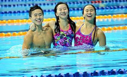 Ba chị em bơi lội 'bá đạo' của Singapore