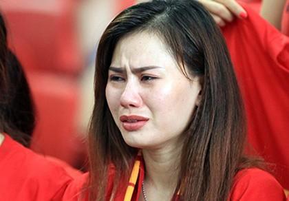 U23 Việt Nam thất bại cay đắng, nữ CĐV bật khóc nức nở