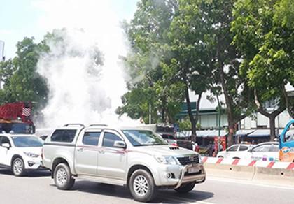 Đang lưu thông, xe tải bỗng bốc cháy mù mịt