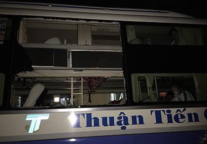 Xe khách bị ném đá, 5 hành khách bị thương