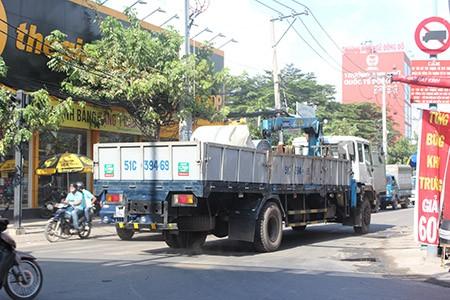 Xe ben, xe bồn, container ngang nhiên đi vào đường cấm