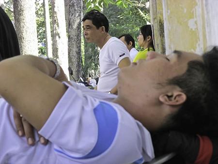 Chùm ảnh người thân vật vạ ngủ ngoài cổng trường thi chờ thí sinh