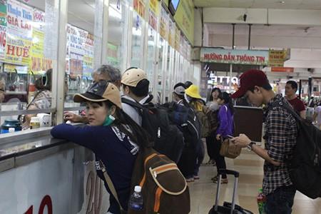 Kết thúc môn thi cuối, phụ huynh và thí sinh lũ lượt rời Sài Gòn trong đêm
