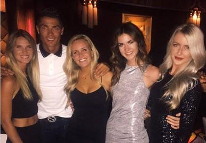 Người đẹp được Cristiano Ronaldo mời ăn tối, trả lại điện thoại