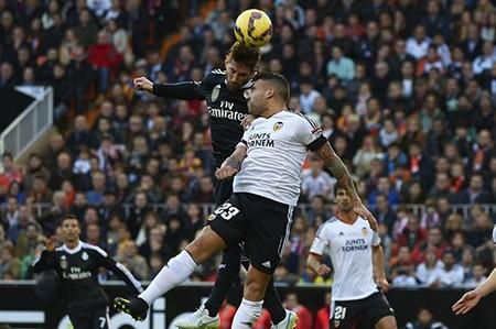 Louis Van Gaal muốn có cả Ramos lẫn Otamendi