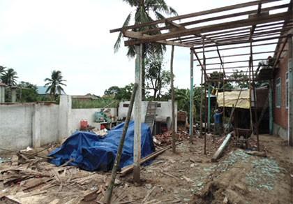 Mưa giông, lốc xoáy bất ngờ, 99 căn nhà bị hư hỏng