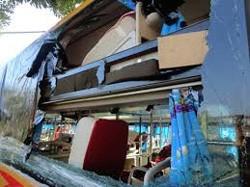 Khởi tố ba kẻ ném đá xe khách làm hành khách trọng thương