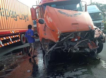 Hai xe container đâm nhau trên xa lộ Hà Nội