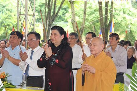 Cầu siêu cho các liệt sĩ ở nghĩa trang nhà tù Sơn La