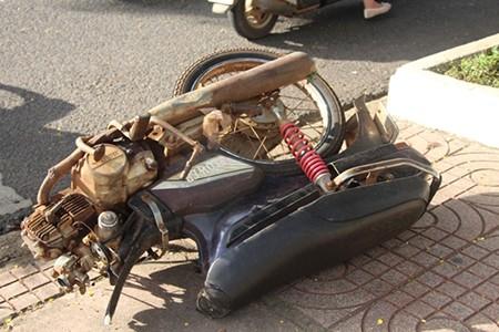 Xe máy gãy đôi sau tai nạn, nữ tài xế nguy kịch