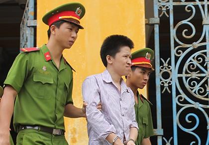 Vợ mất tích, người Trung Quốc tìm môi giới đòi tiền bằng dao