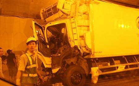 Xe tải mất phanh đâm vào thành hầm đường bộ Hải Vân