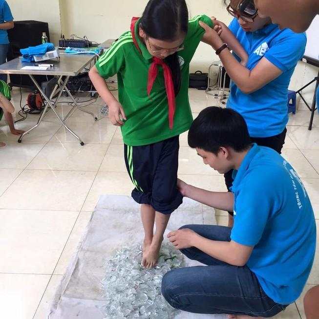 Dạy học sinh lớp 1 đi chân trần trên thủy tinh