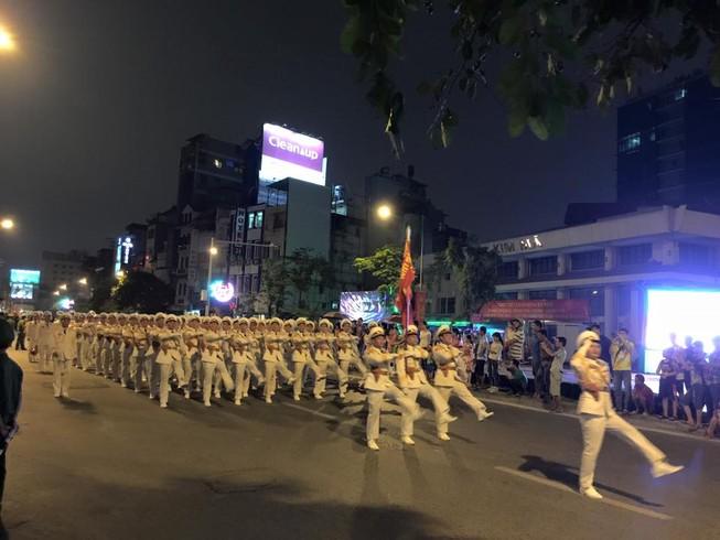 Người dân đội mưa xem tổng duyệt mừng Quốc khánh 2/9