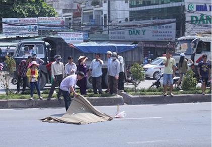 Băng qua đường, cụ ông bị xe tải tông tử vong