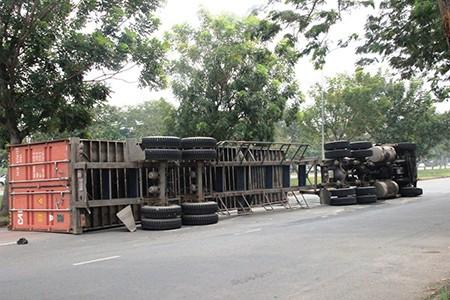 Xe container lật ngang giữa đường, tài xế may mắn thoát nạn