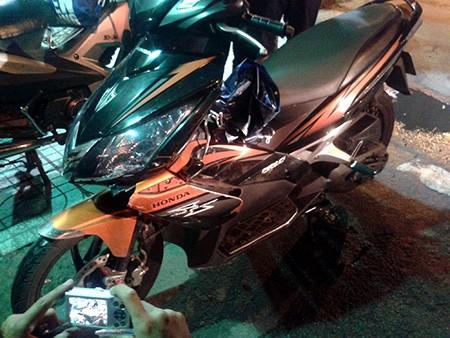 Taxi móp đầu vì va chạm với xe máy trước chợ Bà Chiểu