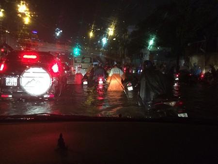 Sài Gòn ngập 72 điểm, sâu nhất 60cm