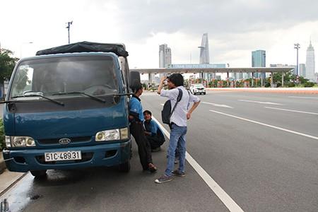Phong tỏa hầm Thủ Thiêm vì xe tải bốc khói dữ dội