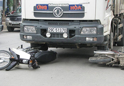 Xe tải cuốn xe máy vào gầm, hai người nguy kịch