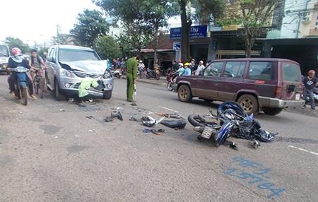 Exciter 'đấu đầu' ô tô, ba thanh niên bị thương nặng