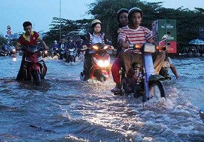 Triều cường, người Sài Gòn bì bõm lội nước