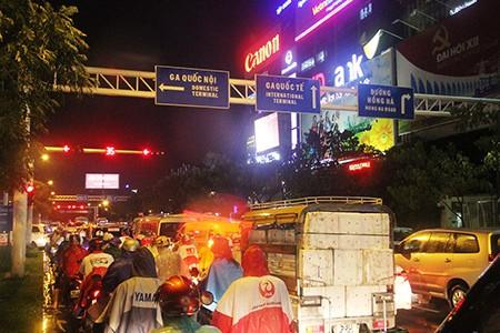 Kẹt xe kinh hoàng ở cửa ngõ sân bay Tân Sơn Nhất