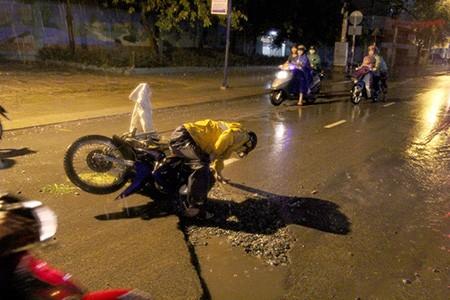 Nhiều người dân té ngã vì sụp đường cống đang thi công