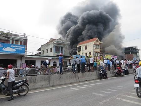 Hỏa hoạn thiêu rụi ba ngôi nhà gần chợ