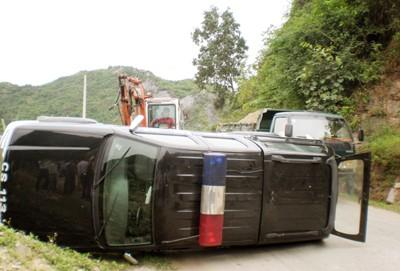 Xe cảnh sát bị lật, một nghi phạm trốn thoát