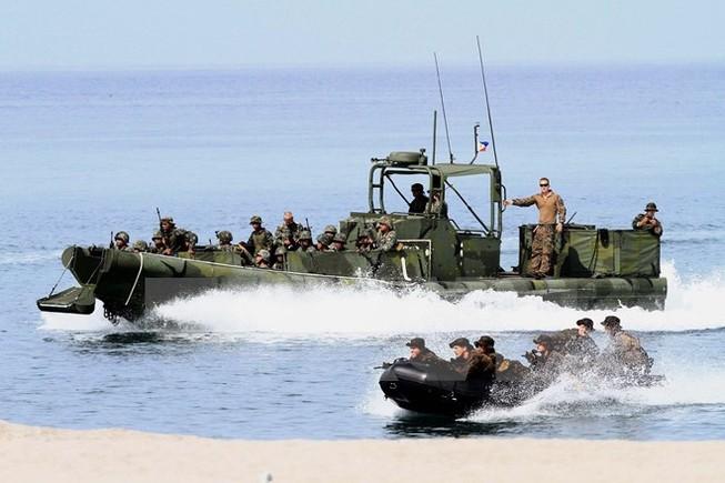 Tổng thống Mỹ bỏ lệnh cấm bán vũ khí trên biển cho Việt Nam