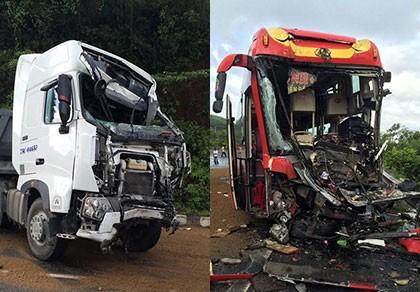 Xe đầu kéo đối đầu xe khách, 9 người thương vong