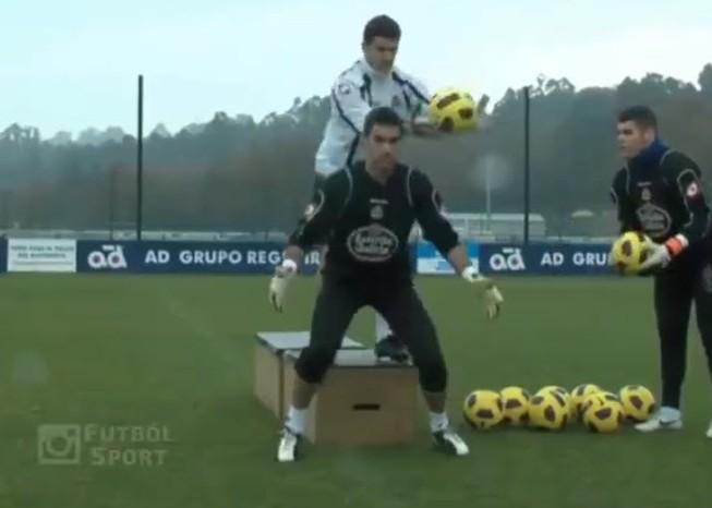 Video bài tập phản xạ có một không hai của thủ môn