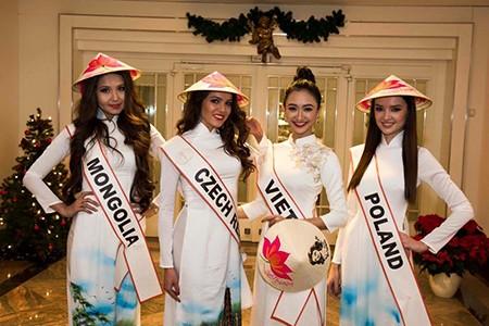 Hà Thu tặng nón lá tại Hoa hậu Liên lục địa
