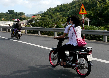 Năm xe máy, không mũ bảo hiểm phóng như bay trên quốc lộ