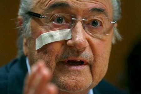 Bị cấm 8 năm, Blatter xin lỗi 8 lần trong 1 phút
