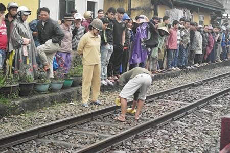 Lao vào đoàn tàu hỏa, nam thanh niên chết thảm